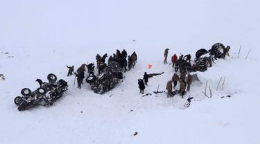 Tim penyelamat mencari korban salju longsor di Bahcesehir, Provinsi Van, Turki, Rabu (5/2/2020). Puluhan personel penyelamat Turki hilang dihantam salju longsor saat mencari korban salju longsor yang terjadi sehari sebelumnya. (DHA via AP)