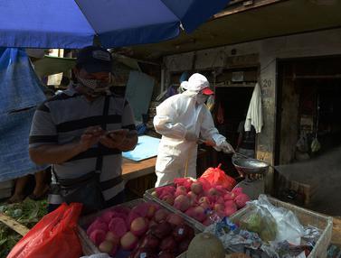 Penyemprotan Disinfektan di Pasar Anyar Jakarta