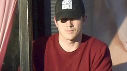 Ashton Kutcher terlihat mengenakan topi baseball saat keluar dari panti pijat asal Thailand yang terletak di Los Angeles. Menurut media asal Inggris ini, panti pijat itu juga menyediakan layanan plus-plus untuk para kliennya. (thesun.co.uk)