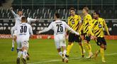 Para pemain Borussia Moenchengladbach merayakan gol keempat ke gawang Borussia Dortmund dalam laga lanjutan Liga Jerman 2020/21 pekan ke-18 di Borussia Park, Jumat (22/1/2021). Moenchengladbach menang 4-2 atas Dortmund. (AFP/Wolfgang Rattay/Pool)
