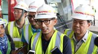 Wakil Gubernur DKI Sandiaga Uno memberikan keterangan saat meninjau proyek pembangunan kereta LRT di Kelapa Gading, Jakarta, Kamis (14/6). Tinjauan ini untuk mengecek kepastian kesiapan LRT jelang sertifikasi Kemenhub. (Liputan6.com/Immanuel Antonius)