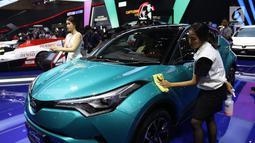 Petugas membersihkan sidik jari yang menempel pada mobil saat pameran Gaikindo Indonesia International Auto Show (GIIAS) 2019 di ICE BSD, Tangerang, Sabtu (20/7/2019). Agar terlihat bersih, pekerja jasa itu bertugas memoles kendaraan selama berlangsungnya GIIAS 2019. (Liputan6.com/Angga Yuniar)