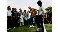 Zinedine Zidane, saat melakukan Jugling mengenakan Batik disaksikan Presiden RI ke-6 Susilo Bambang Yudhoyono di Jakarta, Indonesia, (06/07/2007). Zidane ke Indonesia guna mempromosikan sepak bola untuk anak-anak. (EPA/Jurnasyanto Sukarno)