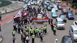 Petugas kepolisian saat menghadang para pengendara motor yang mencoba untuk masuk ke jalan MH Thamrin,  Jakarta, Minggu (22/12/2014). (Liputan6.com/Johan Tallo)
