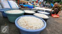 Selama bulan Ramadan, Pasar Kramat Jati kebanjiran stok kolang-kaling untuk memenuhi permintaan pembeli, Jakarta, Senin (13/6/2016). (Liputan6.com/Yoppy Renato)
