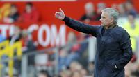 Manajer Manchester United, Jose Mourinho, memberikan jaminan soal masa depan Marouane Fellaini.  (AP Photo/Rui Vieira)