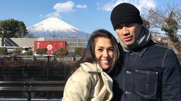Aktor Tora Sudiro berfoto bersama istrinya, Mieke Amalia saat liburan keluarga di Jepang. Seperti pasangan muda, saat liburan Tora dan Mieke juga tidak lupa mengabadikan momen romantis mereka berdua sebagai suami-istri. (instagram.com/t_orasudi_ro)