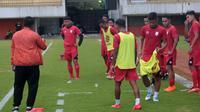 Skuat Persis mendapat arahan dari pelatih Agus Yuwono di Stadion Maguwoharjo, Sleman, Jumat (18/1/2019). (Bola.com/Vincentius Atmaja)