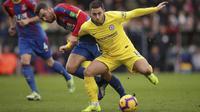 Gelandang Chelsea Eden Hazard berjibaku dengan penggawa Crystal Palace James McArthur pada laga Liga Inggris di Selhurst Park, Minggu (30/12/2018). (John Walton/PA via AP)