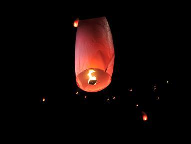 Pengunjung menerbangkan lampion saat perayaan Tahun Baru Imlek di Pantai Lagoon, Ancol, Jakarta, Selasa (5/2) malam. Sebanyak 500 lampion diterbangkan oleh pengunjung dalam  rangka menutup Festival Imlek di Ancol. (Merdeka.com/Iqbal S Nugroho)