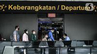 Calon penumpang saat melakukan validasi hasil rapid test sebelum chek in di Bandara Halim Perdanakusuma, Jakarta, Kamis (17/12/2020). Penumpang yang ingin keluar masuk Jakarta wajib untuk melakukan rapid test antigen mulai 18 Desember 2020 - 8 Januari 2021. (merdeka.com/Iqbal Nugroho)