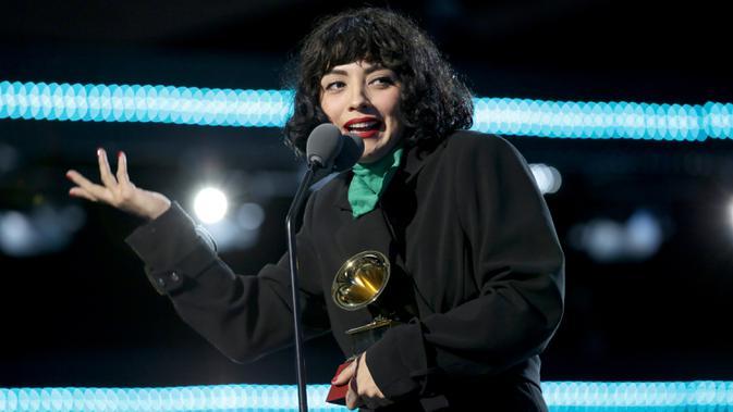 Penyanyi Chile Mon Laferte memberi sambutan saat menerima piala penghargaan Latin Grammy Awards 2019 di MGM Grand Garden Arena, Las Vegas, Amerika Serikat, Kamis (14/11/2019). Mon meraih penghargaan untuk album musik alternatif terbaik. (Greg Doherty/Getty Images for LARAS/AFP)