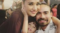 Bunga Cinta Lestari berpose bersama Ashraf Sinclair dan juga anaknya, Noah Sinclair. (foto: instagram.com/ashrafsinclair)