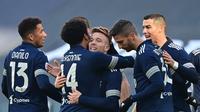 Pemain Juventus merayakan gol yang dicetak oleh Arthur Melo ke gawang Bologna dalam laga giornata 19 Serie A, Minggu (24/1/2021) malam WIB. Juventus menang 2-0 dalam pertandingan ini. (MIGUEL MEDINA / AFP)