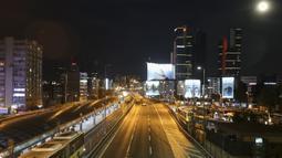 Pemandangan pusat Kota Istanbul, Turki, Senin (26/4/2021). Turki akan menutup bisnis dan sekolah serta membatasi perjalanan selama hampir tiga minggu untuk melawan lonjakan infeksi dan kematian COVID-19. (AP Photo/Emrah Gurel)
