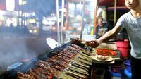 Sate Ayam Apjay di Jakarta Selatan. (Daniel Kampua/Bintang.com)
