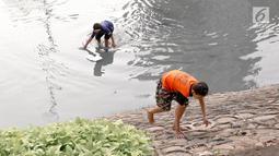 Anak-anak bermain di sungai buatan di kawasan Kuningan, Jakarta, Senin (13/8). Belum tersedianya ruang terbuka hijau yang cukup di Ibukota menyebabkan anak-anak tersebut bermain di tempat yang tidak semestinya. (Liputan6.com/Immanuel Antonius )