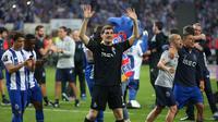 Kiper Porto, Iker Casillas menyapa para suporter saat merayakan juara Liga Portugal di stadion Dragao (6/5). Bagi Casillas, ini adalah gelar pertamanya sejak meninggalkan Real Madrid pada 2016 untuk menjajal Liga Portugal. (AP Photo/Luis Viera)