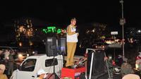 Wali Kota Manado GS Vicky Lumentut turun langsung ke sejumlah pusat perbelanjaan dengan menggunakan pengeras suara.
