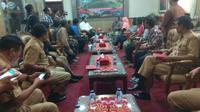 Wali Kota Semarang Hendrar Prihadi menemui warga di ruangannya karena warga dianggap berhutang oleh PDAM. (foto:Liputan6.com/edhie prayitno ige)