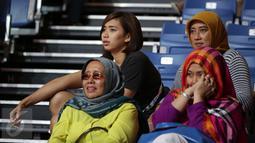 Pevoli Yolla Yuliana (kiri-belakang) terlihat tegang saat menyaksikan tim basket Indonesia berlaga melawan Singapura di semifinal SEA Games ke-28 di OCBC Arena Singapore, Minggu (14/6/2015). Indonesia unggul 87-74. (Liputan6.com/Helmi Fithriansyah)