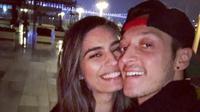 Mesut Ozil dan istrinya Amine Gulse. (Instagram)