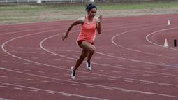 Atlet lari putri Indonesia, Jeany Nuraini, saat latihan di Stadion Madya, Jakarta, Kamis (17/10/2019). Sprinter muda ini akan menjadi salah satu atlet yang akan berlaga di SEA Games 2019. (Bola.com/M Iqbal Ichsan)