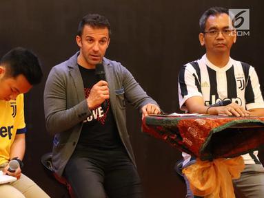 Legenda hidup sepak bola Italia, Alessandro Del Piero memberi sambutan saat coaching clinic di Medan, Sumatera Utara, Kamis (17/5). Del Piero akan mencari pemain berbakat untuk dibina menjadi pemain profesional di Belgia. (Liputan6/comReza Efendi)