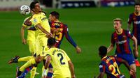 Bek Barcelona, Clement Lenglet berebut bola dengan pemain Villarreal, Gerard Moreno pada laga Liga Spanyol di Stadion Nou Camp, Senin (28/9/2020) dini hari. Barcelona menang telak dari Villarreal dengan skor 4-0. (AP Photo/Joan Monfort)