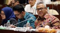 Ketua KPU Arief Budiman (kanan) saat rapat dengar pendapat dengan Komisi II DPR di Jakarta, Selasa (13/3). Hal yang dihahas di antaranya aturan pasangan capres dan regulasi untuk mengantisipasi calon tunggal di Pilpres 2019. (Liputan6.com/JohanTallo)
