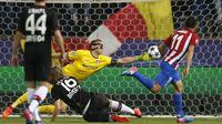Kiper Leverkusen, Bernd Leno menghalau bola sepakan pemain Atletico Madrid, Angel Correa pada leg kedua Babak 16 Besar Liga Champions di Vicente Calderon stadium, Madrid,  Rabu (15/3/2017). Atletico lolos dengan agregat 4-2. (AP/Daniel Ochoa de Olza)