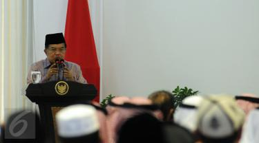 Wapres Jusuf Kalla membacakan pidato penutup musabaqoh hafalan Al Quran dan Hadits di Istana Wakil Presiden, Jakarta, Kamis (21/4/2016). 150 peserta dari 25 negara mengikuti acara yang digelar di Masjid Istiqlal. (Liputan6.com/Helmi Fithriansyah)
