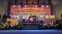 Seluruh bakal calon pilkada Tasikmalaya, Jawa Barat memperlihatkan nomor urut yang baru saja mereka raih dalam pengumuman yang dilakukan melalui rapat pleno secara terbuka tersebut. (Liputan6.com/Jayadi Supriadin)