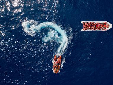 Pemandangan saat LSM Proactiva Open Arms Spanyol menyelamatkan pengungsi dan imigran di utara pantai Libya, Minggu (6/5). Sebanyak 105 pengungsi dan imigran berhasil diselamatkan. (AP Photo/Felipe Dana)