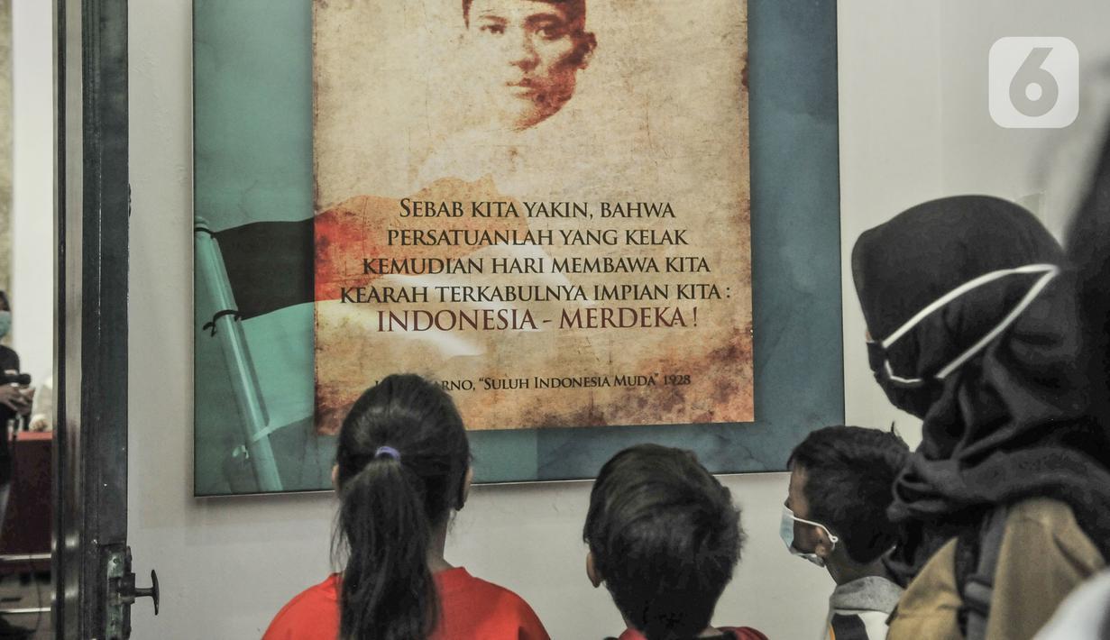 Anak-anak melihat salah satu koleksi sejarah di Museum Sumpah Pemuda, Jakarta, Rabu (28/10/2020). Libur cuti bersama dimanfaatkan untuk mengajak anak-anak mengenal sejarah lahirnya Sumpah Pemuda sebagai bentuk edukasi agar memahami jejak perjuangan pahlawan sejak dini. (merdeka.com/Iqbal Nugroho)