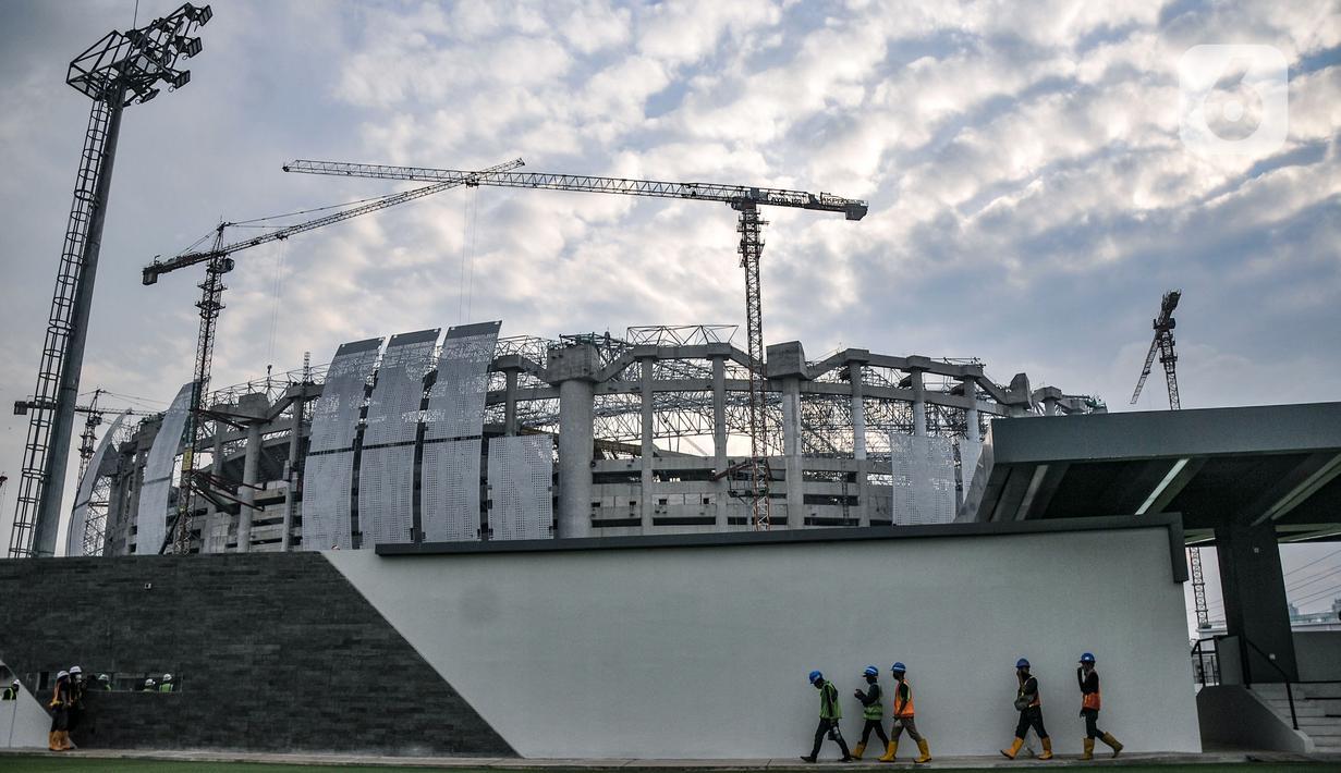 Aktivitas pekerja saat menyelesaikan proyek pembangunan Jakarta International Stadium (JIS) di Papanggo, Jakarta Utara, Selasa (2/9/2021). PT Jakpro mencatat realisasi pembangunan stadion yang diproyeksikan berkapasitas 82.000 penonton itu telah mencapai 71 persen. (merdeka.com/Iqbal S. Nugroho)