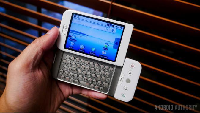 HTC Dream, smartphone pertama Android di dunia. Smartphone ini memiliki keyboard fisik. (Foto: Android Authority)