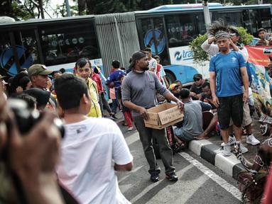 Masyarakat foto bersama eks pekerja PT Freeport Indonesia saat Car Free Day di kawasan Bunderan HI, Jakarta, Minggu (30/12). Aksi tersebut dilakukan protes mereka ke pemerintah. (Liputan6.com/Faizal Fanani)