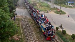 Muslim Bangladesh pergi menggunakan kereta setelah ambil bagian dalam Akheri Munajat (doa terakhir) selama pertemuan Muslim tahunan 'Biswa Ijtema' di Tongi, utara Dhaka, Minggu (12/1/2020). Bishwa Ijtema merupakan merupakan pertemuan terbesar kedua Muslim di dunia setelah haji. (MUNIR UZ ZAMAN/AFP)
