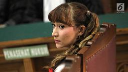 Aktris Roro Fitria mengikuti sidang lanjutan kasus kepemilikan narkoba di PN Jakarta Selatan, Kamis (12/7). Roro tampak merias wajahnya menggunakan pensil alis, eyeliner, blush on, hingga lipstik berwarna merah. (Liputan6.com/Faizal Fanani)