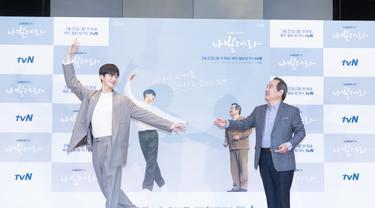 Song Kang dan Park In Hwan dalam konferensi pers Navillera. (Foto: Netflix)