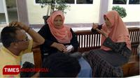 Calon jamaah umroh melalui travel SBL saat melapor ke Mapolres Lamongan, Jumat, (2/2/2018). (Ardiyanto/TIMES Indonesia)