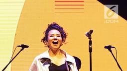 Yura Yunita memainkan perkusi saat tampil dalam acara Balkonjazz Festival 2019 di Balkondes Tuksono, Borobudur, Magelang, Jawa Tengah, Sabtu (14/9/2019). Yura tampil dengan membawakan sejumlah lagu hits miliknya. (Fimela.com/Bambang Ekaros Purnama)