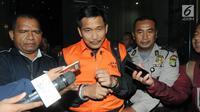 Anggota DPR dari Fraksi Golkar Bowo Sidik Pangarso (BSP) dikawal petugas usai menjalani pemeriksaan di Gedung KPK, Jakarta, Kamis (28/3). KPK menetapkan BSP, Asty Winasti dan Indung terkait dugaan suap pelaksanaan kerja sama pengangkutan di bidang pelayaran. (merdeka.com/Dwi  Narwoko)