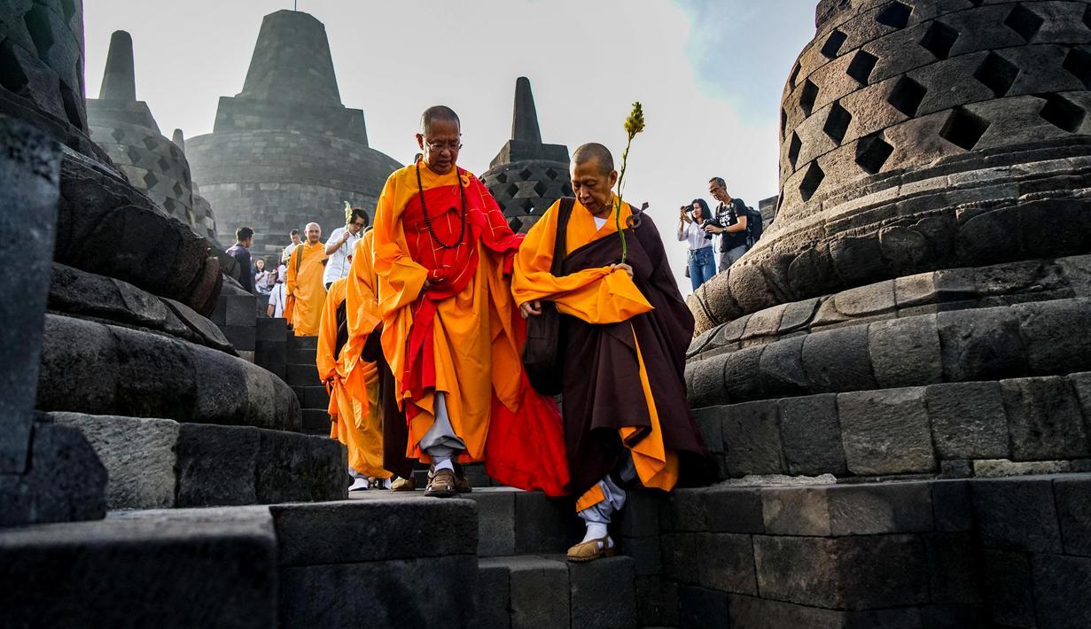 Sejumlah biksu saat berziarah ke Candi Borobudur, Magelang, Jawa Tengah, Sabtu (18/52019). Ziarah yang diikuti oleh para biksu dan umat Buddha tersebut untuk merefleksikan ajaran Sang Buddha serta menyambut Waisak 2563 BE/2019. (OKA HAMIED/AFP)