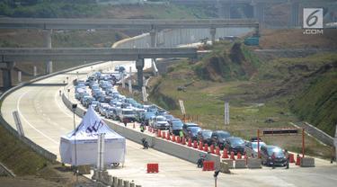 Suasana pada ruas tol fungsional Bogor-Sukabumi di Cigombong, Bogor (16/6). Mulai hari ini petugas kepolisian memberlakukan sistem buka tutup di Ciawi untuk mengurangi kemacetan pada ujung keluar tol di Cigombong. (Merdeka.com/Arie Basuki)