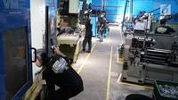 Suasana aktivitas pekerja mitra UKM pilot sedang mengikuti program pelatihan dan pendampingan basic mentality dan 5 R oleh instruktur YDBA di Solo, Jawa Tengah, Selasa (10/9/2019). Pada tahap awal program sektor unggulan tersebut melibatkan 7 UKM di bidang manufaktur. (Liputan6.com/HO/Eko)