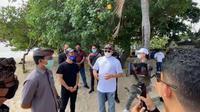 Bamsoet saat meninjau langsung dan bertemu jajaran pemerintahan Kecamatan Kuta, Bali, di Pantai Kuta, Bali (Foto:MPR)