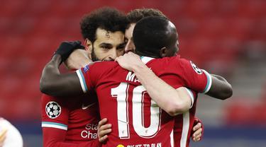 Penyerang Liverpool, Mohamed Salah (kiri) berselebrasi dengan rekan-rekannya usai mencetak gol ke gawang RB Leipzig pada pertandingan leg kedua babak 16 besar Liga Champions di stadion Puskas Arena, Budapest, Hongaria, Kamis (11/3/2021). Liverpool menang atas RB Leipzig 2-0. (AP Photo/Laszlo Balogh)