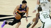 Suns terus menjaga keunggulan atas Bucks di quarter keempat. Rekan Chris Paul, Devin Booker menjadi salah satu pemain yang berjasa menjaga keunggulan Phoenix Suns pada pertandingan ini. Ia berkontribusi mencetak 27 poin untuk Suns. (Foto: AP/Matt York)
